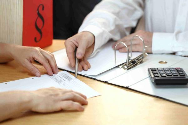 На фото - процесс подписывания кредитного договора