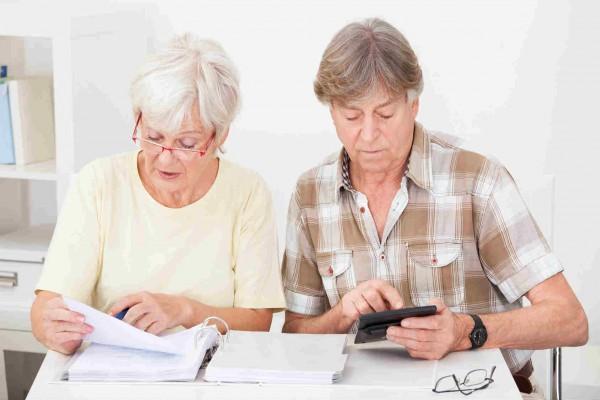 На фото - процесс изучения кредитной документации пенсионерами
