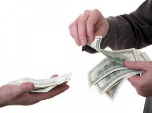 На фото - процесс получения денег в долг под расписку