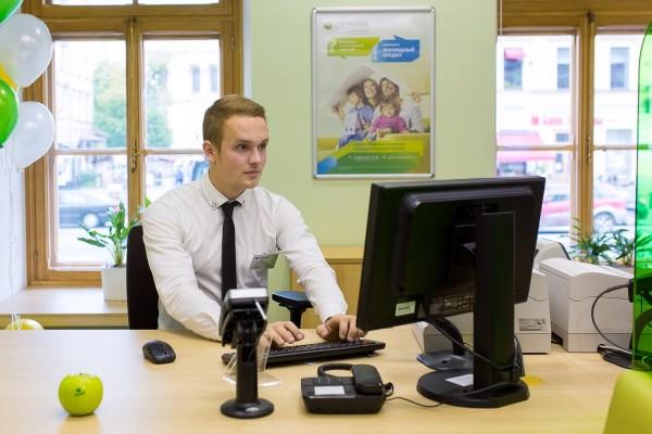 Фотоснимок банковского работника, который поможет подключить услугу на месте