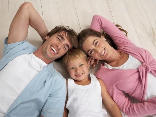 Фотоснимок семьи, которая решила оформить ипотеку. На каких условиях можно получить ипотеку