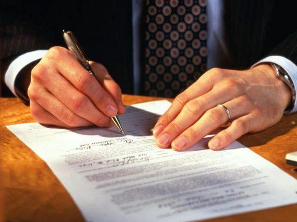 На фото оформление договора с банком